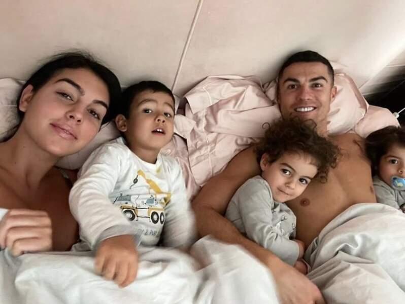 Georgina Rodriguez et Cristiano Ronaldo en compagnie de trois de leurs enfants.