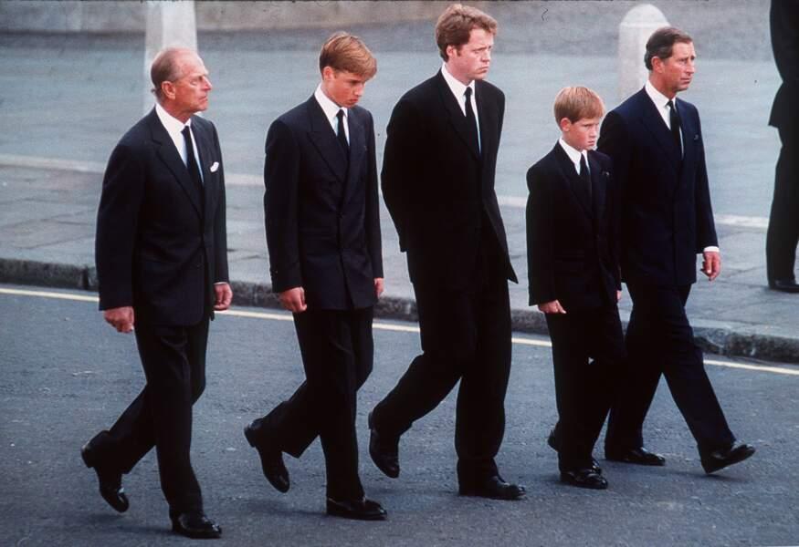 Le 31 Aout la princesse Diana meurt tragiquement dans un accident de voiture à Paris. Ses funérailles grandioses ont rassemblées plus de 3 millions de personnes à Londres.Ici le Prince Philip, Charles, William et Harry suivent le cercueil de la princesse des coeurs.