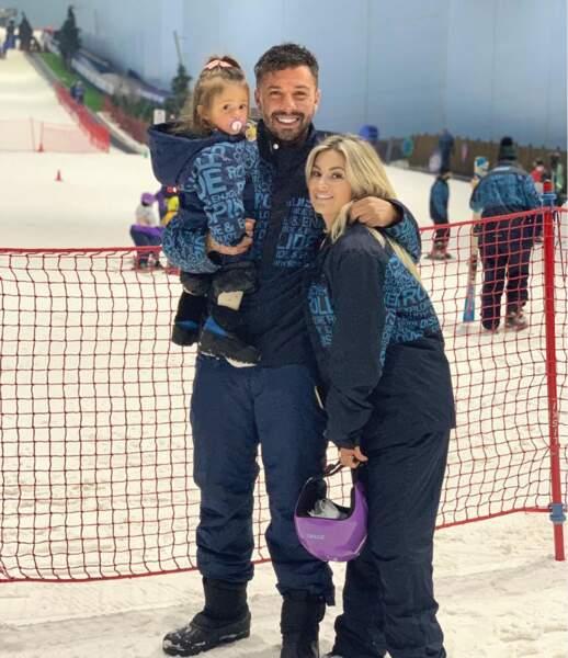 """Carla Moreau et Kevin Guedj, eux, profitent de leur voyage à Dubaï pour faire plein d'activités. L'occasion pour Ruby """"d'aller"""" pour la première fois au ski !"""