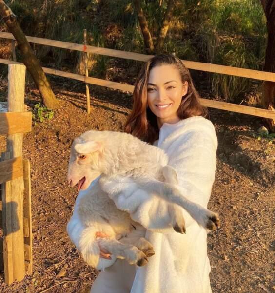 En Italie, Emilie Nef Naf passe du bon temps à la ferme avec sa fille Maëlla. La voici un mouton dans les bras, en plein tournage de Mamans et célèbres !