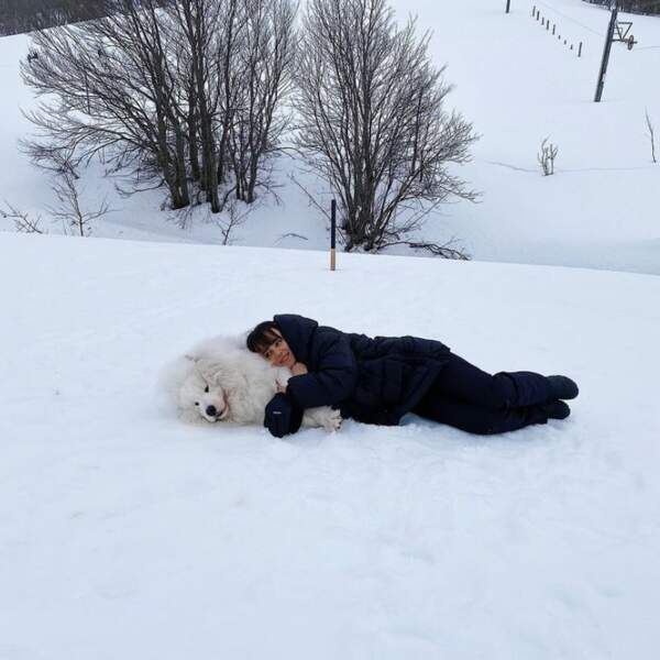 Câlin dans la neige pour Alizée et Jon Snow.