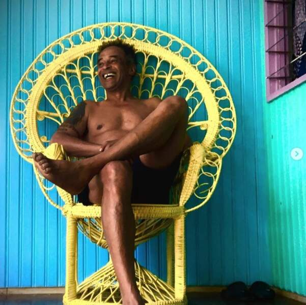 """Yannick Noah a prouvé qu'un rien l'habille. La preuve avec cette chaise très """"Emmanuelle""""."""