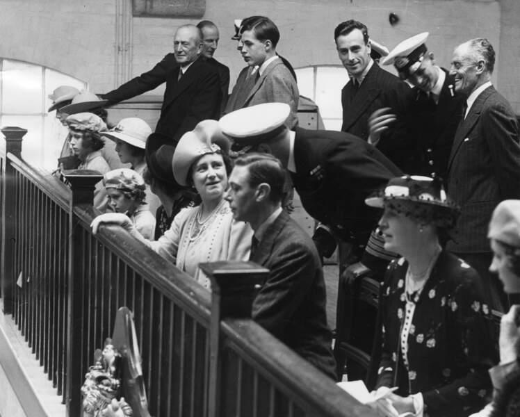 Il entre dans la Royal Navy en 1939. Ici la famille Royale visite le Darmouth Naval College. Philip en sortira le meilleur cadet de sa promotion. Première vraie rencontre avec la princesse Elisabeth et Philip, son futur mari (au fond en casquette). C'est ici que le coup de foudre aurait eu lieu !