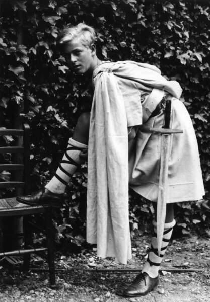 En 1936, le Prince Philip sera scolarisé en écosse dans la fameuse Gordonstoun School. Il se prépare ici pour son rôle dans la pièce Macbeth
