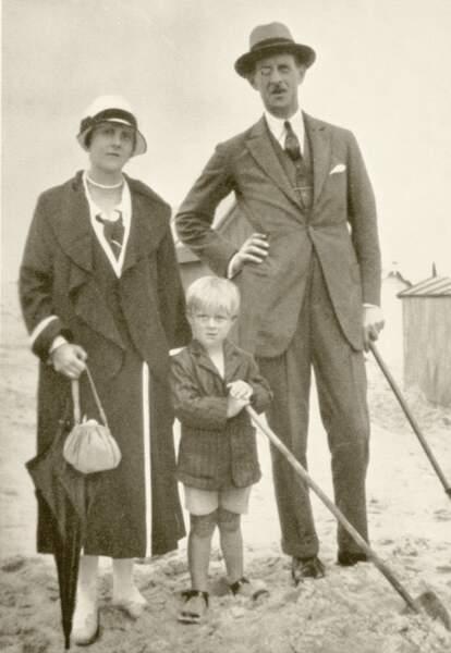 Il est le fils du Prince André de Grèce et de la Princesse Alice de Battenberg et petit fils du roi Georges Ier, roi des Hellènes