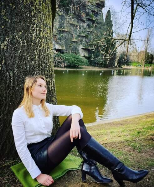 Déborah François, sur son 31, a fait un tour au parc des Buttes-Chaumont à Paris, parce que chaque jour est une fête.