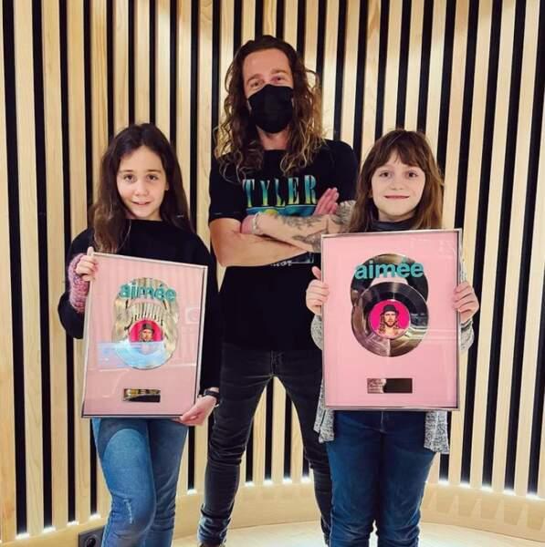 On commence avec du love : Julien Doré a posé avec les deux jeunes choristes de son album Aimée, Cléo et Swann.
