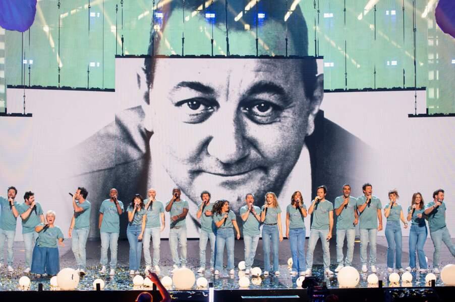 Comme chaque année, le concert prendra fin avec tous les artistes sur scène sous le regard protecteur de Coluche