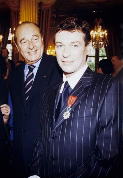 Il reçoit la légion d'honneur des mains du président Jacques Chirac en 1999