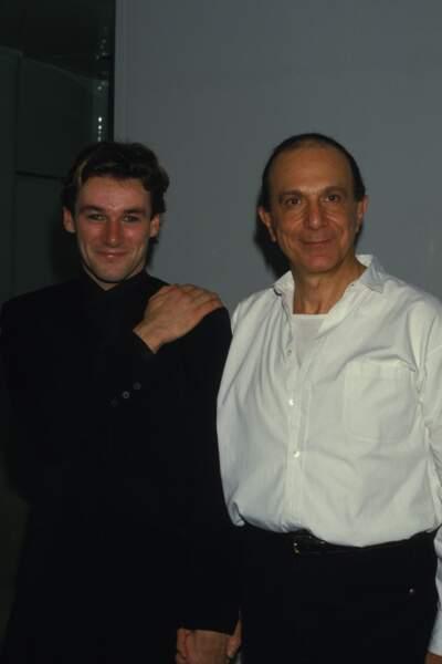 Le danseur en compagnie du chorégraphe Roland Petit lors de la première du ballet Le Chat Botté au Palais des Congrès de Paris le 5 décembre 1985