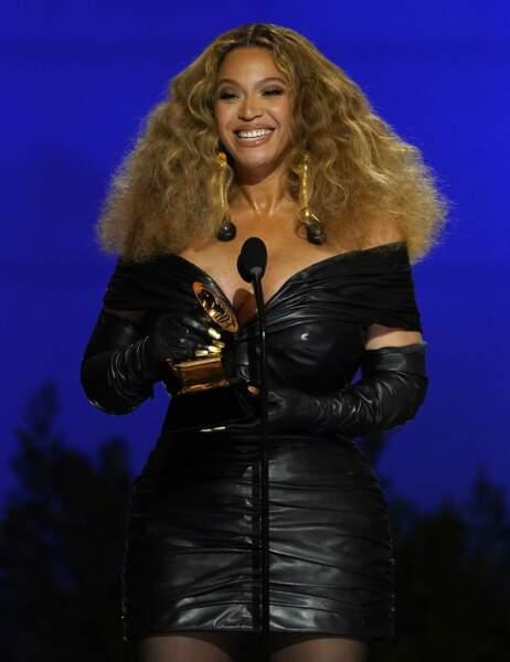 Autre superstar de la cérémonie : Beyoncé, tout de cuir vêtue, 28 statuettes à son actif. Cela fait d'elle l'artiste féminine la plus récompensée de l'histoire du show.