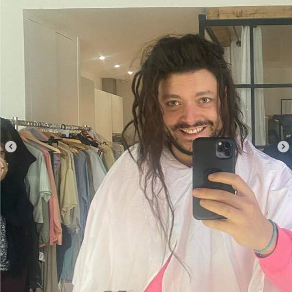Pour son nouveau rôle au cinéma, Kev Adams a désormais les cheveux longs ! Vous aimez ?
