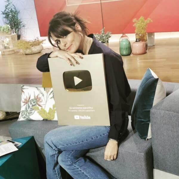 Faustine Bollaert, elle, a fait un hug à sa récompense YouTube : la chaîne de Ça commence aujourd'hui est suivi par 1 million d'abonnés !