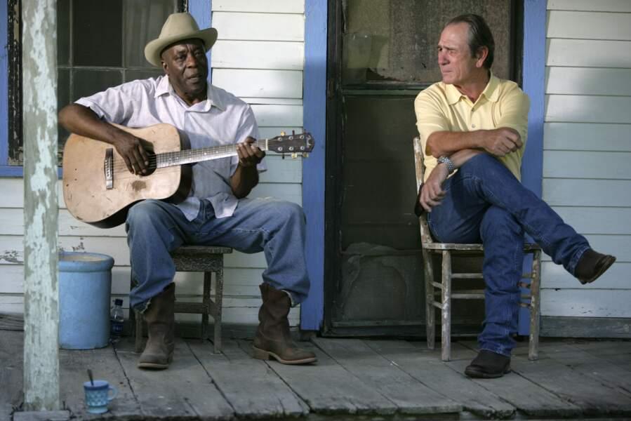 Tommy Lee Jones (à droite), héro de Dans la brume électrique (2009)
