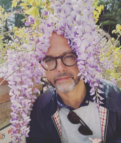 Nouvelle coiffure fleurie pour Maurice Barthélemy.
