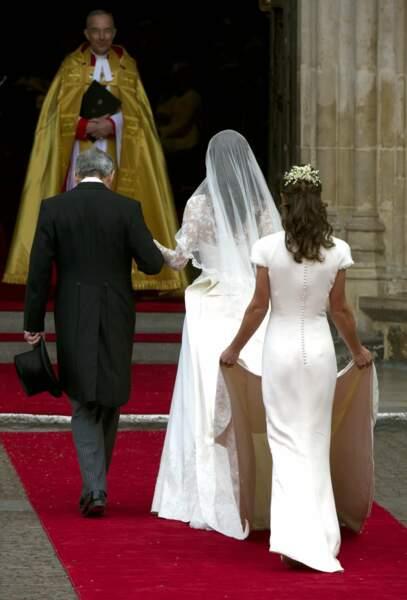 Kate fait son entrée au bras de son père... et le monde entier découvre alors les charmes de Pippa : la demoiselle d'honneur vole presque la vedette à la mariée !
