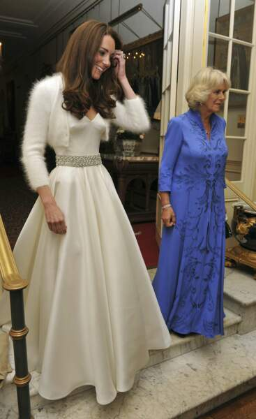 Un peu plus tard, Kate quitte Clarence House, en compagnie de sa belle mère Camilla, duchesse de Cornouailles. La jeune mariée arbore une robe plus simple mais non moins chic pour se rendre au dîner organisé à Buckingham Palace