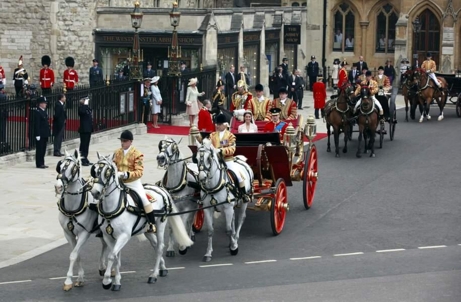 Tradition royale oblige, après la cérémonie religieuse, le couple quitte Westminster en carrosse