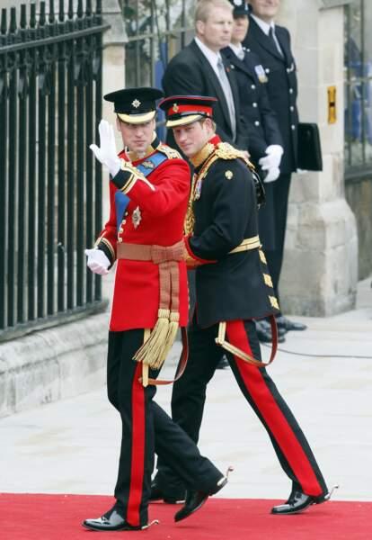 Le matin du 29 avril 2011, le prince William accompagné de son frère et témoin le prince Harry arrivent à l'abbaye de Westminster