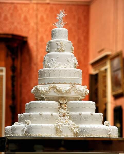 Nul doute également que les convives se sont régalés de ce superbe gâteau, confectionné par la pâtissière Fiona Cairns : 17 gâteaux individuels et 900 pièces décoratives composent ce dessert unique !