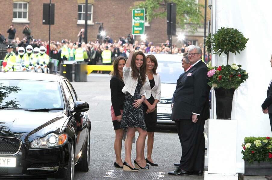 La veille du jour J, Kate Middleton, sa mère Carole et sa soeur Pippa arrivent au Goring Hotel de Londres