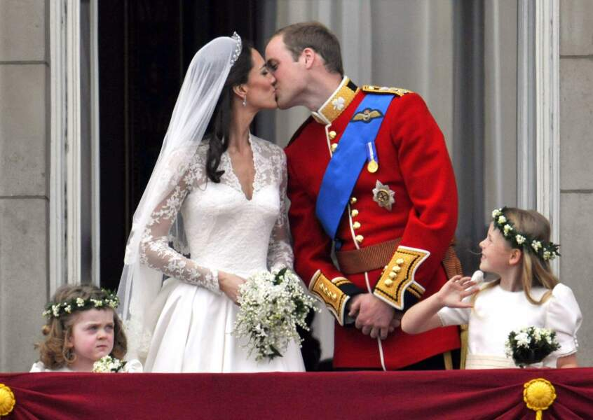 Les jeunes mariés échangent le traditionnel baiser au balcon du palais de Buckingham