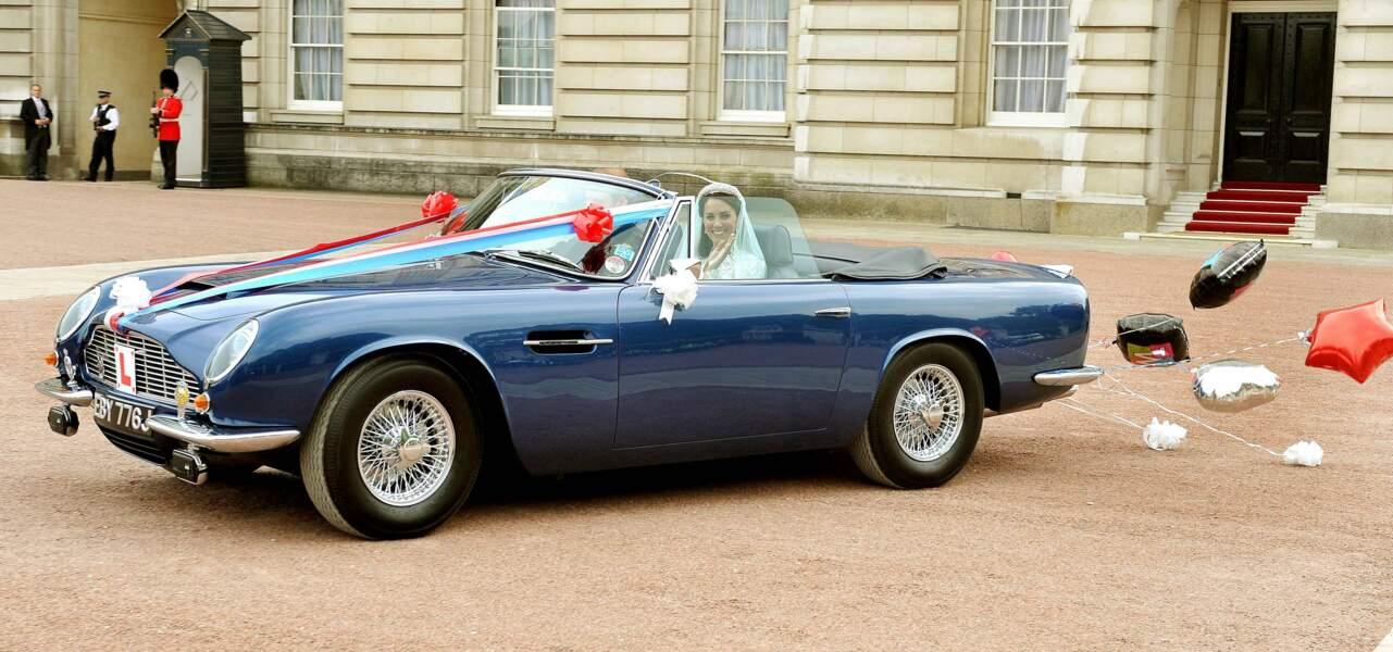 Just married ! William est au volant de la voiture de son père le prince Charles, une superbe Aston Martin Volante. Direction Clarence House pour la suite des festivités !