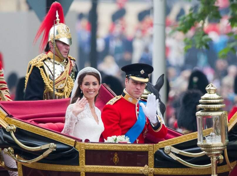 Le Duc et la Duchesse de Cambridge saluent la foule