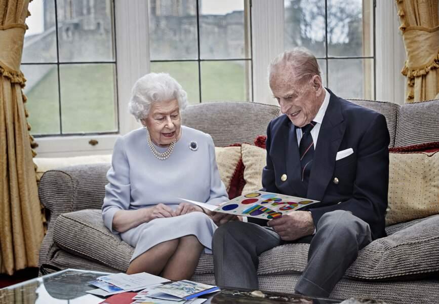 La reine et le prince Philip posent le 19 novembre 2020 à l'occasion de leur 73e anniversaire de mariage. Le Duc d'Edimbourg connaitra ensuite des problèmes de santé nécessitant une hospitalisation.