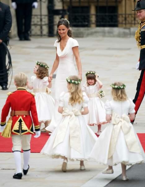 La soeur de la mariée, Pippa, est aussi son témoin. Elle est entourée des enfants d'honneur. C'est elle qui doit porter la traîne de la robe de sa soeur Kate