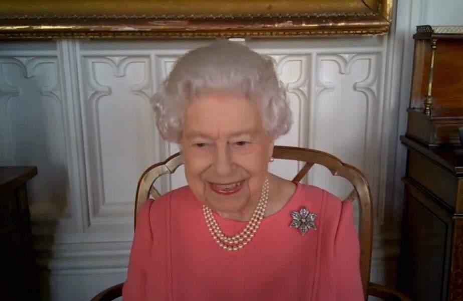 Le 9 janvier 2021, le couple royal reçoit une première injection du vaccin Pfizer contre le Coronavirus. Quelques jours plus tard, Buckingham publie cette vidéo dans laquelle la reine encourage les britanniques à se faire vacciner.