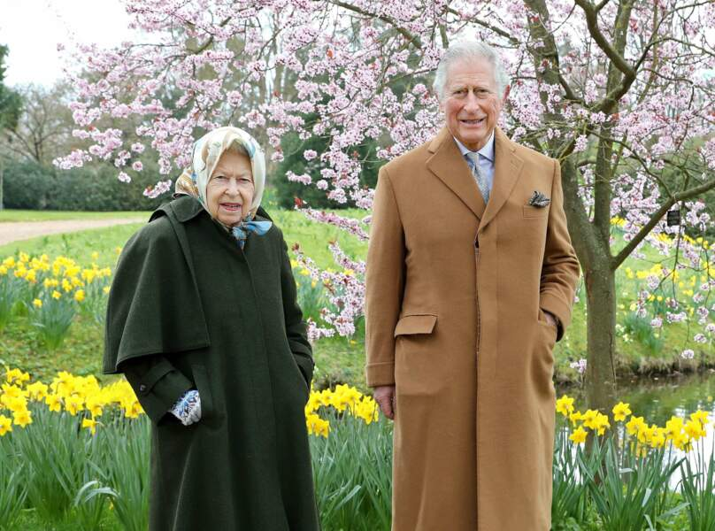 Le 23 mars 2021, Elisabeth II et son fils Charles, l'héritier de la couronne, posent dans le jardin de la résidence royale de Frogmore House.