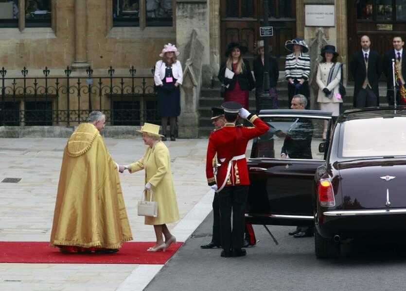 Arrivée en dernier, comme le veut la tradition, la reine Elizabeth II est accueillie par l'archevèque de Canterbury. Le Prince Philip est à ses côtés