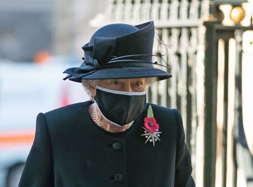 Le 4 novembre 2020, la reine apparait pour la première fois masquée à l'occasion d'une cérémonie à Westminster.