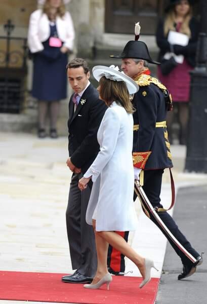 La mère de Kate, Carole Middleton et son fils James arrivent à leur tour. C'est la première fois dans l'histoire qu'une famille du peuple (aisée certes) intègre la famille royale !