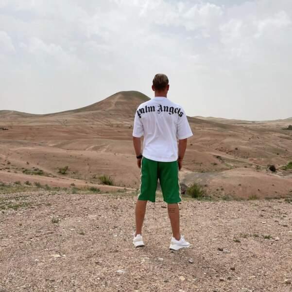 Julien Bert en pleine réflexion face au désert