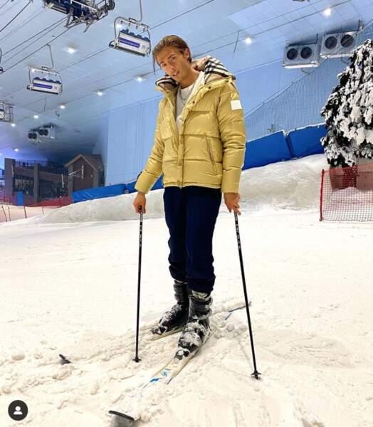 Dylan Thiry profite des excentricités de Dubaï en faisant du ski en plein désert