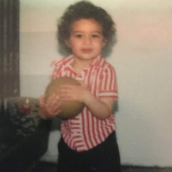 Vous le reconnaissez ? C'est le footballeur David Trézeguet, déjà fan du ballon rond.