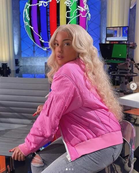 Ou en blonde à ondulations, l'ado fait le bonheur de ses 2,3 millions d'abonnés qui ne perdent pas une miette de ses publications !