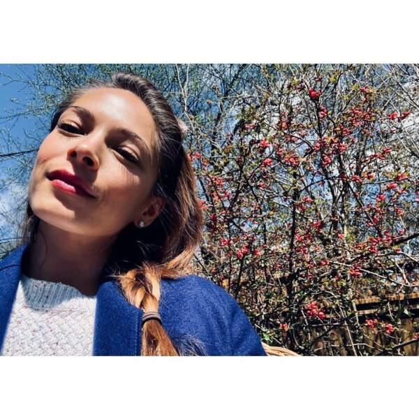 Adepte des selfies, Kristin Kreuk se dévoile par exemple dans son jardin…