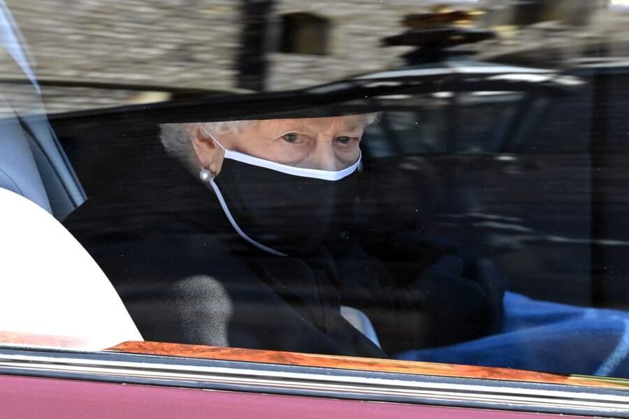 La reine Elizabeth II attend dans la Bentley le début de la procession