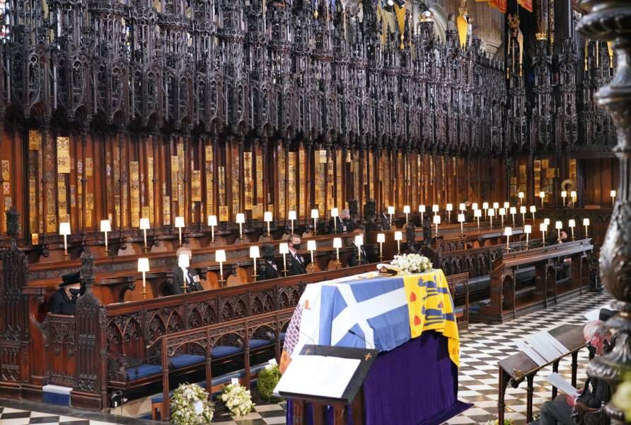 Elisabeth II, à gauche sur l'image, lors des obsèques de son mari le prince Philip à la chapelle Saint-George de Windsor (17 avril 2021).