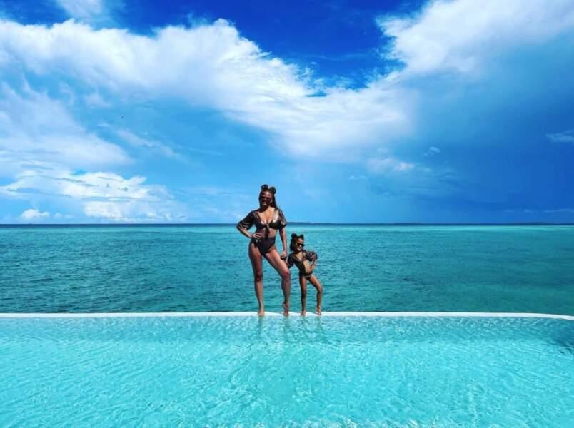 Chrissy Teigen et Luna faisaient la paire en vacances.