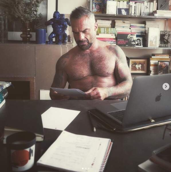 Un autre beau gosse torse nu : Philippe Bas en plein télétravail.