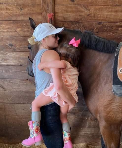Ça, c'est Kate Upton et sa fille Genevieve, cow-girl en herbe.