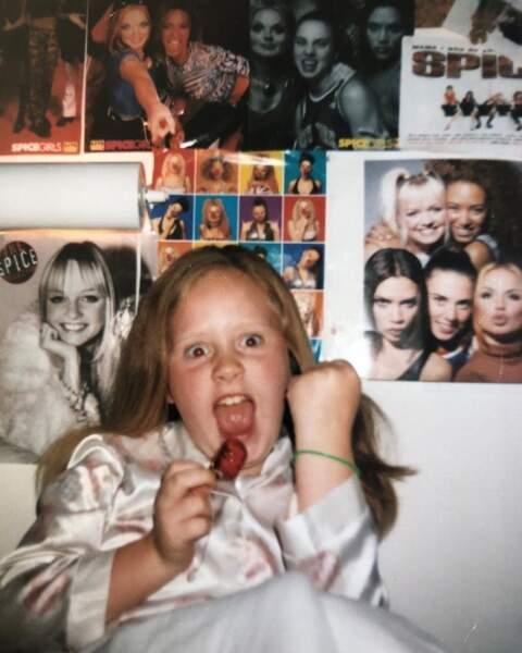 Vous la reconnaissez ? C'est la chanteuse Adele, ultra-fan des Spice Girls depuis son plus jeune âge.