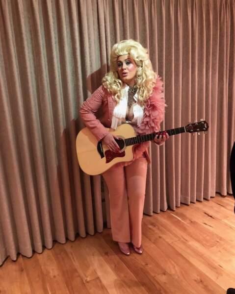 Il faut dire qu'elle adore les costumes ! La voici en Dolly Parton.