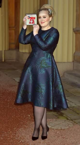 Voilette et robe midi pour recevoir en 2013 l'équivalent de l'Ordre des Arts et des Lettres.