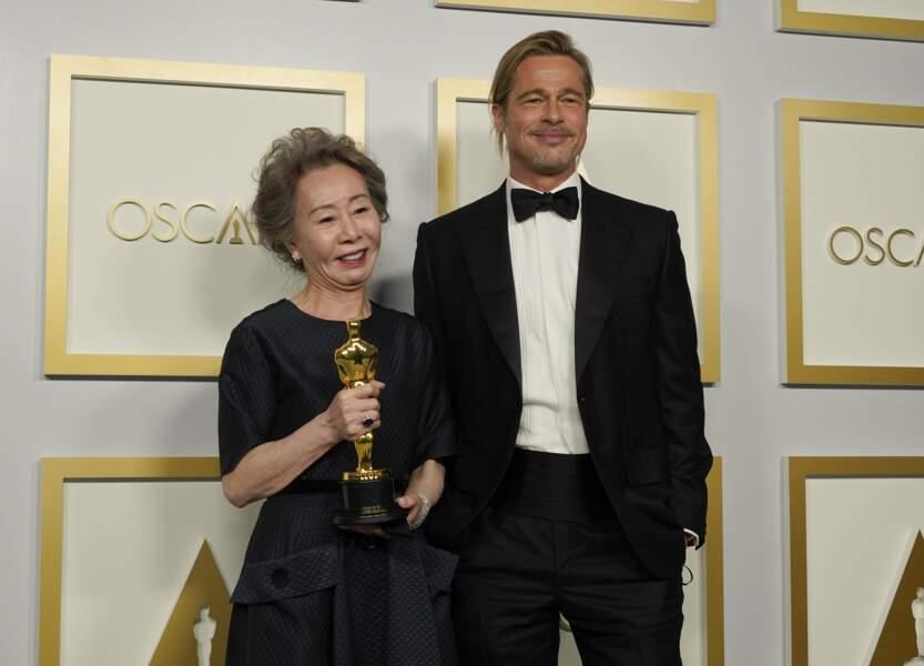 L'acteur pose avec Youn Yuh-jung, qui a remporté le prix pour le film Minari