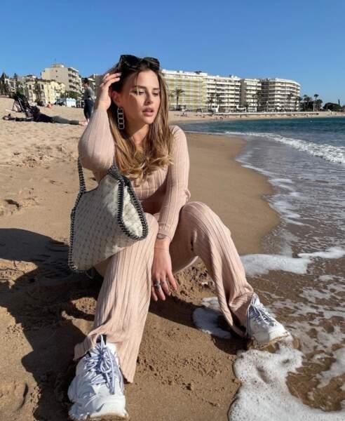 Kelly Vedovelli avait oublié son bikini pour aller à la mer...